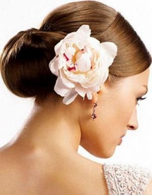 Цветок в волосах сбоку